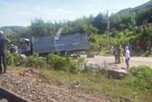 Tàu hỏa tông xe tải bẹp dí, tài xế trọng thương