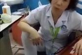 Nữ bác sĩ gác chân lên ghế thừa nhận tư thế