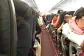 Vợ hơn 10 tuổi đấm chồng sưng mắt trên máy bay
