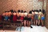 Đột kích nhà hàng cho tiếp viên mặc bikini ngồi trên đùi khách