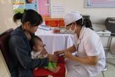 Lướt điện thoại kiểm tra lịch tiêm chủng cho trẻ