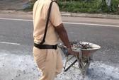 Xe chở đá đổ đầy đường, CSGT gồng mình dọn dẹp