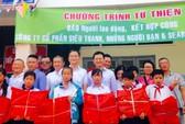 Báo Người Lao Động trao quà cho trẻ em nhân ngày 1-6