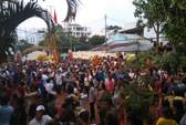 Clip hàng ngàn người ở Phú Quốc chen chân đến lễ hội Xô Đụng