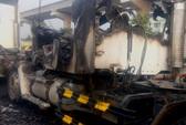 Xe đầu kéo bốc cháy trên xa lộ Hà Nội