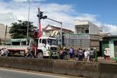 Xe tải mất lái, tông sập 4 nhà dân