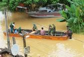 Cả xã chìm trong biển nước, quân đội, công an hối hả ứng cứu