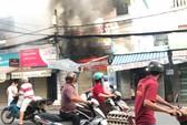 VIDEO xe tải tông sập cửa cứu căn nhà rực lửa ở Sài Gòn