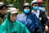 TP HCM: Phụ huynh đội mưa đón con tránh bão số 16 (Tembin)