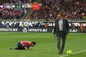 Hi hữu HLV cản phá cầu thủ đối phương đi bóng trên sân