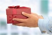 Bị cách chức vì món quà 'lỡ tặng