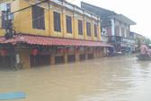 Miền Trung: Nhiều nơi còn ngập chìm trong nước, cô lập