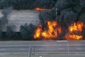 """Mỹ: Đám cháy """"bí ẩn"""" thiêu sập cầu cao tốc trong giờ cao điểm"""