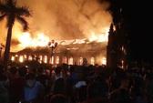 Cháy lớn thiêu rụi nhà thờ 129 năm tuổi