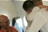 Hành khách vỡ òa vì thông báo bất ngờ của phi công