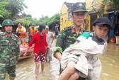 Bộ đội dùng ca nô vượt lũ đưa người đi cấp cứu