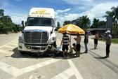 Đổ xăng xong, 2 người chết thảm dưới bánh xe container