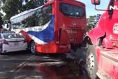 Xe Container lao vào dòng xe dừng đèn đỏ, 2 người nhập viện