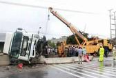 Tai nạn giữa tâm bão, một xe tải bị lật nghiêng gây ùn tắc