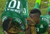 Cầu thủ nằm sân la liệt vì khí độc