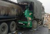 Xe tải tông xe bồn, vợ tài xế xe tải chết thảm trong cabin