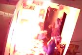 Clip: Bình gas mini phát nổ giữa 8 người đang ăn