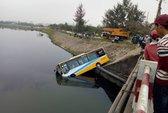 Va chạm với xe tải, xe buýt lao xuống hồ