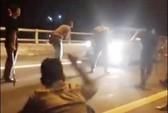 Nhóm thiếu niên chặn xe