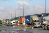 Đường trơn, xe container mất lái, xa lộ Hà Nội kẹt cứng