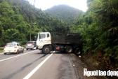 Xe khách lấn làn, ép xe máy rơi xuống đèo Bảo Lộc