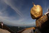Kỳ lạ tảng đá dát vàng nằm chênh vênh trên núi nghìn năm