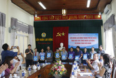 Nhận quà của LĐLĐ Đà Nẵng, công nhân Quảng Nam xúc động bật khóc