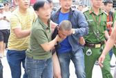 Kẻ bồng con hơn 1 tuổi lên nóc nhà thả xuống đất bị khởi tố tội giết người