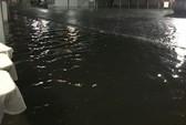TP HCM: Bệnh viện ngập sâu, bác sĩ lội nước cấp cứu bệnh nhân