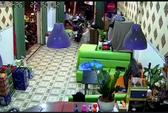 Nửa đêm, côn đồ xông vào chém gục nhân viên quán cà phê