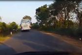 Xe khách lấn làn, gián tiếp gây tai nạn rồi bỏ mặc nạn nhân