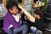 Clip: Bật cười với màn khóc ngất của cháu HLV Phan Thanh Hùng khi cắt tóc