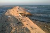 Nước bùn lắng nạo vét cảng cá xả ngược ra biển