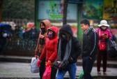 Cận cảnh người Hà Nội co ro trong mưa rét 9 độ C
