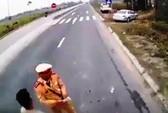 Xác minh video người mặc sắc phục CSGT dẫm lên vật giống tiền khi kiểm tra xe