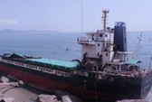 """""""Xẻ thịt"""" tàu gặp nạn trên vịnh Quy Nhơn bán phế liệu"""