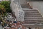 Chân cầu thành nơi xả rác, tiểu tiện