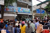 """Hàng trăm người dân vây kín ngôi nhà nghi tụ điểm """"Hội Thánh Đức Chúa Trời Mẹ"""""""