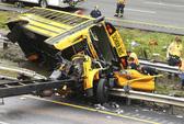 Va chạm xe tải, đầu xe buýt đứt lìa, 2 người chết