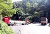 Container tông xe tải lao vào vách núi trên đèo Bảo Lộc