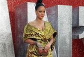 Khoe ngực quá đà, Rihanna lúng túng trên thảm đỏ