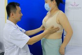 """Nữ bệnh nhân """"ngực khủng"""" dí dỏm kể lại sự phiền toái trước khi """"xủ véo"""""""