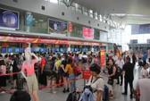 Nữ nhân viên sân bay bị hành khách ném điện thoại vào mặt