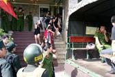 Cảnh sát đột kích quán bar, đưa gần 50