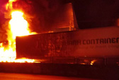 Sau tiếng nổ lớn, xe container cháy dữ dội, tài xế mở cửa lao ra ngoài